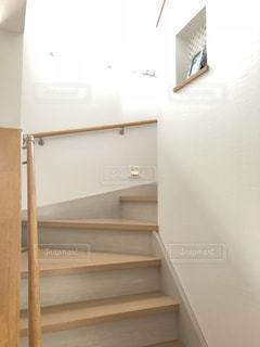 白い壁の階段の写真・画像素材[1456517]