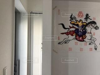 馬が帰る向きで玄関に貼る高山の絵馬の写真・画像素材[1456518]