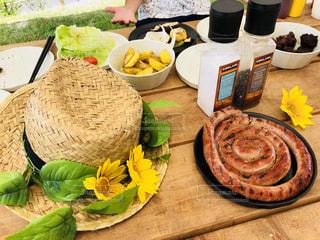 テーブルの上に食べ物のプレートの写真・画像素材[1456543]