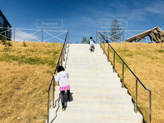 日焼け対策水着で階段を昇る子どもたちの写真・画像素材[1456562]