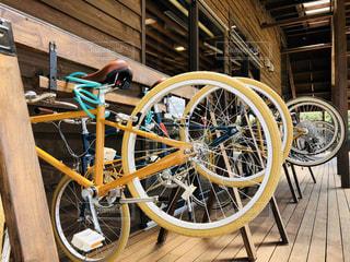 自転車は建物の脇に駐車の写真・画像素材[1456569]