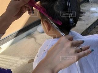 子どもの髪を切る様子の写真・画像素材[1461431]