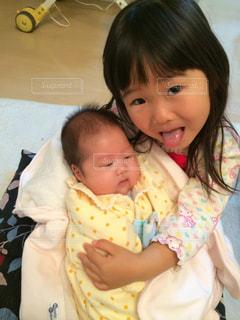 妊娠7ヶ月で生まれた弟、3ヶ月待って、念願の初対面の写真・画像素材[1463672]