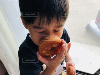 大好きなドーナツの両手持ちの写真・画像素材[1463706]