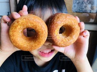 大好きなドーナツにはしゃぐ子どもの写真・画像素材[1463719]