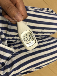 体温計を持つ手の写真・画像素材[1502056]