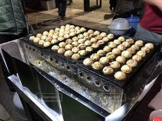 グリルの上に食べ物のトレイの写真・画像素材[1546708]