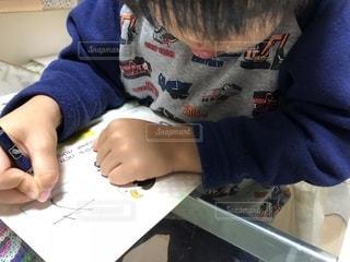 ひらがな学習をする4歳児の写真・画像素材[1605194]