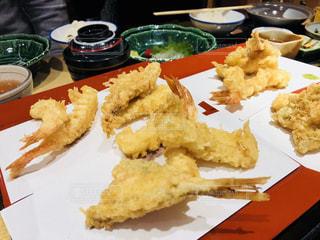 テーブルの上に食べ物のプレートの写真・画像素材[1624647]