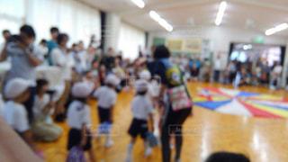 部屋にいる人々 の群衆の写真・画像素材[1636485]