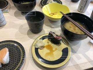 食品やコーヒー テーブルの上のカップのプレートの写真・画像素材[1637140]