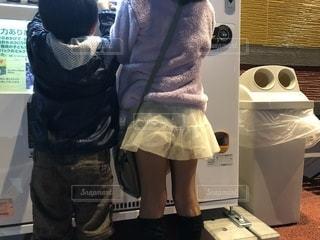 自販機の前に立つ子どもたちの写真・画像素材[1637146]