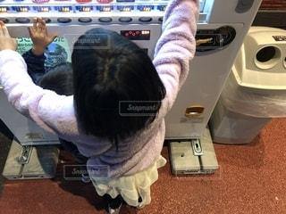 自販機でよくある遊びをする子どもたちの写真・画像素材[1637147]