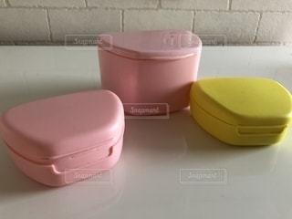 テーブルの上のピンクの箱の写真・画像素材[1648706]
