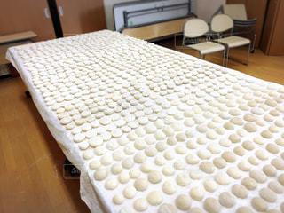 神社のお祭りの餅撒きのお餅の写真・画像素材[1980461]