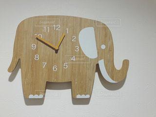 木製の像の時計の写真・画像素材[2111736]