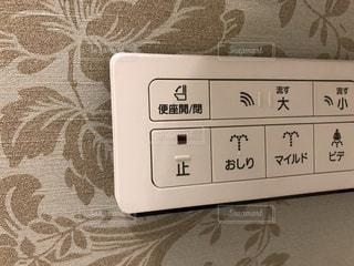 電話トイレのリモコンのクローズドアップの写真・画像素材[2897397]