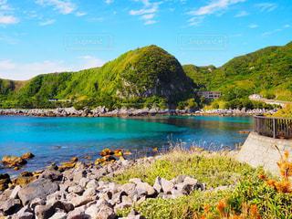 水の体の横にある岩の海岸の写真・画像素材[1385445]