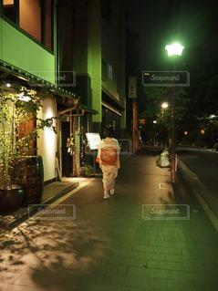 通りに立っている人の写真・画像素材[1385469]