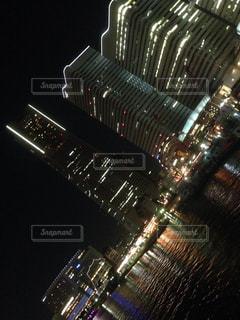 夜のライトアップされた街の写真・画像素材[1385021]