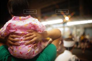 ドーナツを食べる少女の写真・画像素材[1385266]