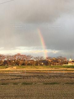 フィールドに虹がかかったの写真・画像素材[1385422]