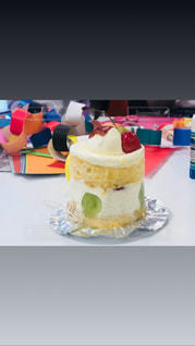 テーブルの上に座っているケーキの写真・画像素材[1460805]