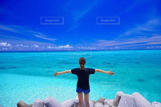 水域の前に立っている人の写真・画像素材[2310138]