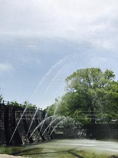フィールドの真ん中に噴水の写真・画像素材[1387590]
