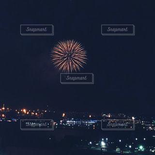 水の体の上の夜空に花火の写真・画像素材[1388147]