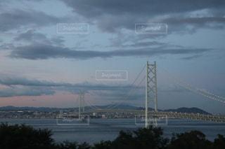 水の体の上の橋の写真・画像素材[1388242]