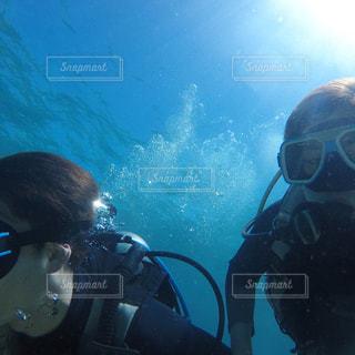 水を泳ぐ人たちのグループの写真・画像素材[1388285]