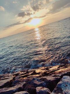海に浮かぶ夕日の写真・画像素材[1388862]