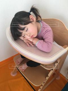 テーブルの上で寝ている子どもの写真・画像素材[1388903]