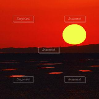背景にオレンジ色の夕日の写真・画像素材[1388989]