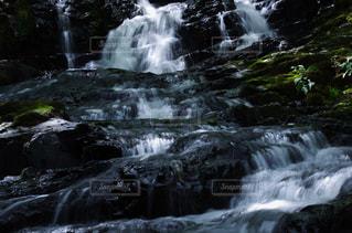 いくつかの水の上の大きな滝の写真・画像素材[1404847]