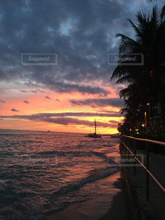 水の体に沈む夕日の写真・画像素材[1390143]