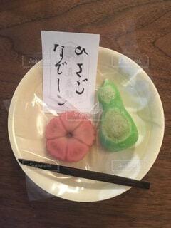 食べ物の皿をテーブルの上に置くの写真・画像素材[3706062]