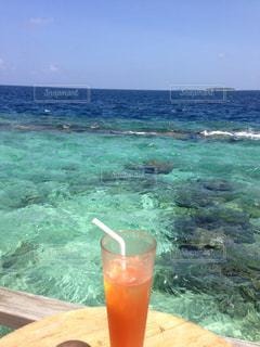 ビーチの水のガラスの写真・画像素材[1390682]