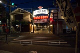 夜の店の前の写真・画像素材[1390818]