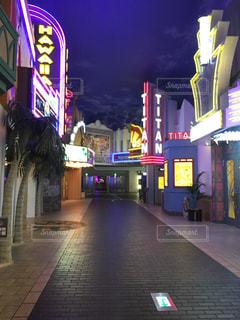 夜の店の前の写真・画像素材[1390927]