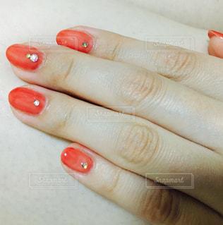 オレンジを持っている手の写真・画像素材[1391769]
