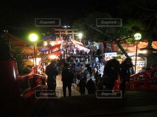 夜の大観衆の前で立っている人のグループの写真・画像素材[950331]