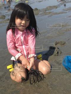 ビーチに座っている少女の写真・画像素材[1393353]