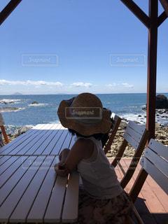 海を望むベンチに座る人の写真・画像素材[1397775]