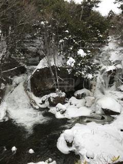 雪に囲まれた滝の写真・画像素材[1392987]
