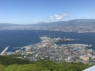 背景の山と都市のビューの写真・画像素材[1392991]