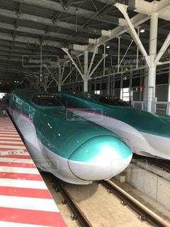 鉄道駅の上に座っている大型旅客機の写真・画像素材[1392992]