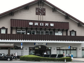 大きなレンガの家の前に時計をもつ建物の写真・画像素材[1394424]