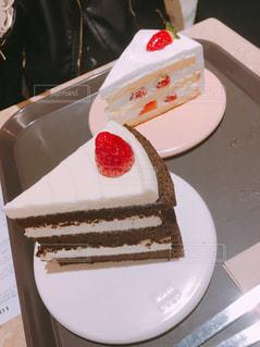 テーブルの上に座っているケーキの写真・画像素材[1393453]